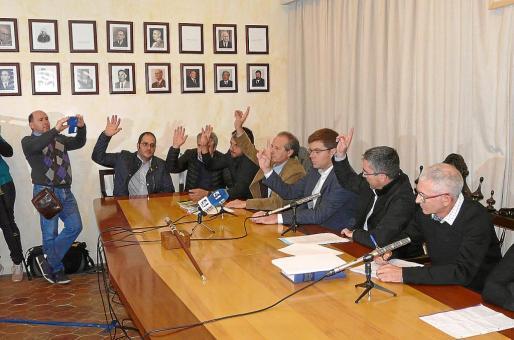 Momento de la votación del nuevo alcalde de Petra, Martí Sansaloni