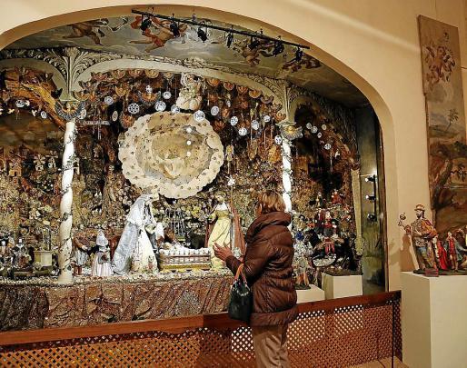 Una visitante contempla el belén de las Caputxines del siglo XVII.