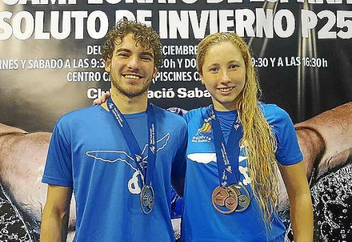 Joan Lluís Pons y Aina Hierro posan con sus medallas