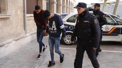 Junior David Castellanos (a la derecha), a su llegada a los juzgados de Vía Alemania de Palma.