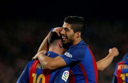 Los jugadores del F.C. Barcelona Leo Messi y Luis Suárez celebran un gol.