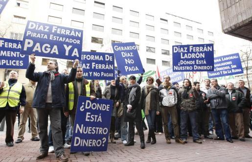 Mientras se celebraba la reunión de la Junta de la CEOE en su sede madrileña, medio centenar de trabajadores de Air Comet se concentraron a las puertas para exigir que se les pague las nóminas.