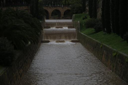 La Riera llena de agua el lunes por la mañana.