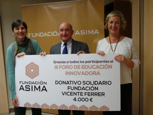 En la imagen, el presidente de ASIMA, Francisco Martorell Esteban (en el centro), la delegada de la Fundación Vicente Ferrer en Baleares, Isabel Pizá y la directora de la Fundación ASIMA, Cristina Beascoechea.