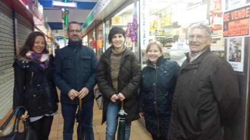 En la imagen, la regidora de Sanitat i Consum, Antònia Martín, juntamente con la directora general del área, Maria Antònia Comas, que han visitado este lunes los mercados de Llevant y de Pere Garau.