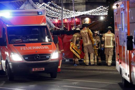 Rescue workers stand near the Christmas market in Berlin, Germany December 19, 2016. REUTERS/Pawel Kopczynski  GERMANY-TRUCK/