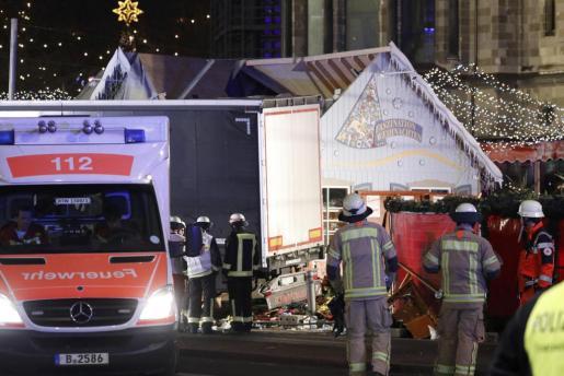 Los servicios de emergencias en el lugar del atropello masivo.