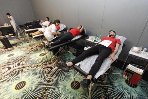 Diversos voluntarios donan sangre en una jornada especial que se realizó en Hard Rock Hotel Ibiza.