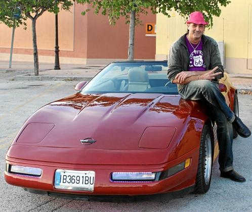 Toni Soto sentado sobre su Chevrolet Corvette C4 de color granate.