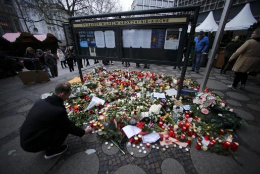 Flores y velas sirven de homenaje a las víctimas cerca del lugar donde un camión arremetió contra la multitud en Berlín.