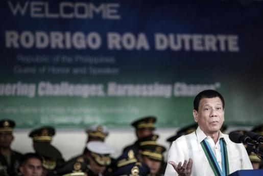 El presidente filipino, en un reciente acto con las fuerzas armadas.