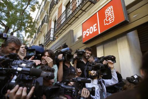 Imagen de archivo de numerosos periodistas a la entrada de la sede del PSOE en Ferraz.