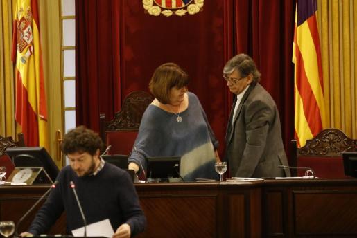 Xelo Huertas habla con el vicepresidente del Parlament, Vicenç Thomàs, mientras Alberto Jarabo se dispone a intervenir desde el estrado.