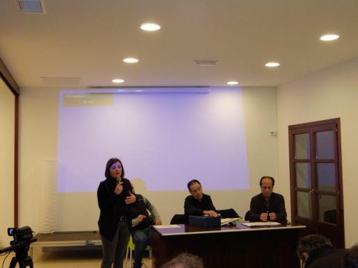Mercedes Garrido durante la explicación de las normas subsidiarias a los vecinos de Sant Joan.
