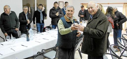 Tomeu Torres entregó el galardón –un pequeño 'porc negre'– a Jaume Ballester, presidente del Consell Regulador. g Foto: A.P.