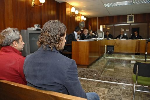 Tomás A. R (i), alias 'El Brujo', acusado de abuso sexual a trece menores de edad, y Alberto C. D. L. C., para quien la acusación solicita 34 años de prisión y parte de la indemnización, durante la segunda jornada del juicio que se celebra contra ellos en Ibiza.