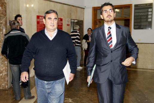 Antonio Baró (izquierda), imputado en el 'caso Maquillaje', hoy en los juzgados donde ha declarado ante el juez.