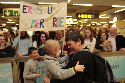 Jaime y su madre se abrazan emocionados al ver el multiudinario recibimiento .