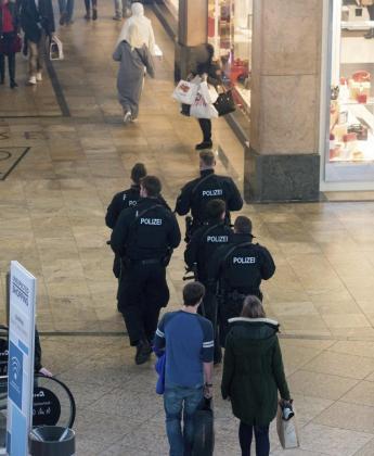 Agentes de policía alemanes patrullan el centro comercial de la ciudad de Oberhausen (Alemania).