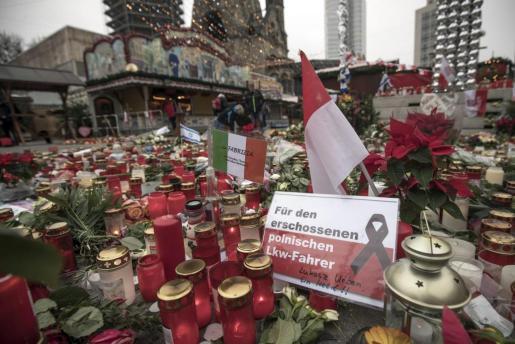 Velas, flores y mensajes depositados en la plaza Breitscheidplatz en recuerdo de las víctimas del atentado del pasado lunes, en Berlín (Alemania).