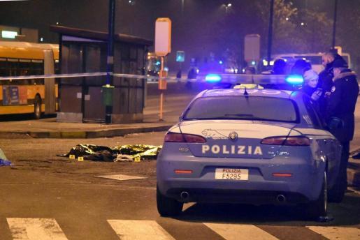 El cuerpo sin vida del tunecino sospechoso de cometer el atentado de Berlín, Anis Amri, yace cubierto por una manta térmica tras ser abatido en un tiroteo con la Policía italiana en la ciudad de Milán, al norte de Italia.