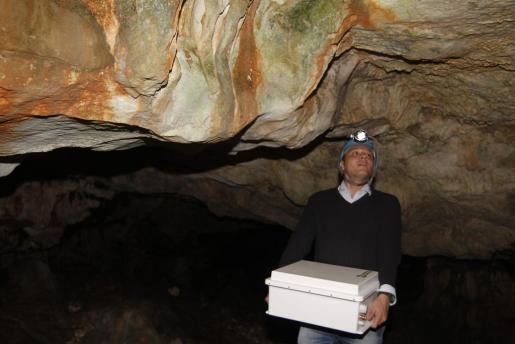 El estudio geológico de Cala Blanca se alargará todo el 2017. En la imagen, Robledo a punto de instalar unos sensores.