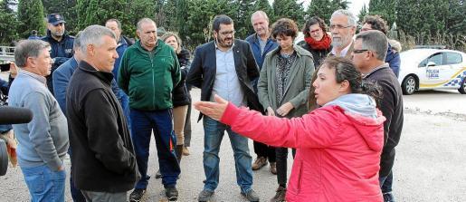 El conseller de Medi Ambient escuchó las quejas de los payeses de sa Pobla afectados por el desbordamiento del torrente.