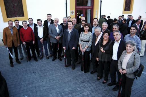 La totalidad de los asistentes al acto quisieron posar en una gran fotografía de grupo al finalizar la comida, ante la fachada del restaurante Ca'n Amer, en el centro de Inca.