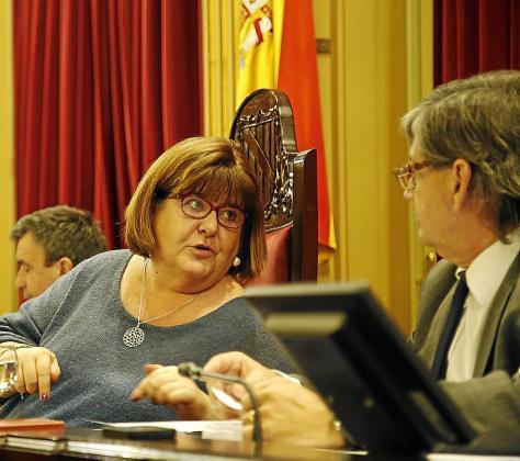 Huertas habla con Thomás en el último pleno.