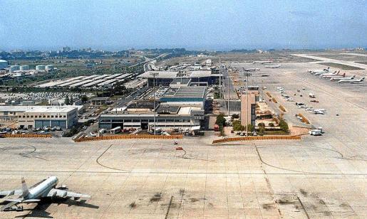 Imagen del aeropuerto antes de la ampliación que se realizó en 1997, en donde se aprecia la torre y la antigua Terminal A.