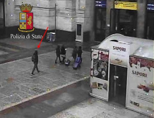 La policía italiana difundió otra imagen captada por cámaras de seguridad que muestran a Anis Amri en la estación de Milán dos horas antes de su muerte.