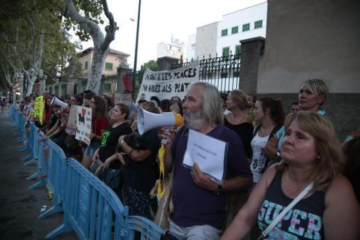 Protesta antitaurina a las puertas de la plaza de toros de Palma antes de una corrida el pasado mes de agosto.