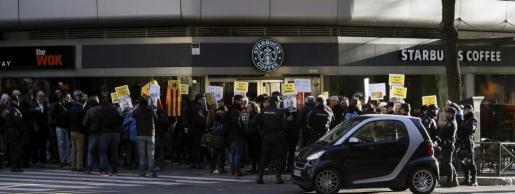Grupos de personas con banderas independentistas y pancartas se concentraron ante la sede de la Audiencia Nacional en apoyo al regidor Joan Coma.