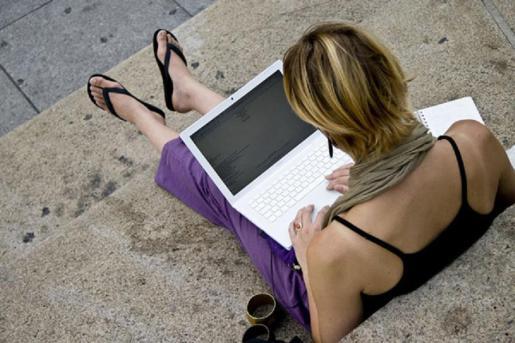 Una usuaria se sirve de la red de wifi gratuita para conectar su dispositivo a internet.