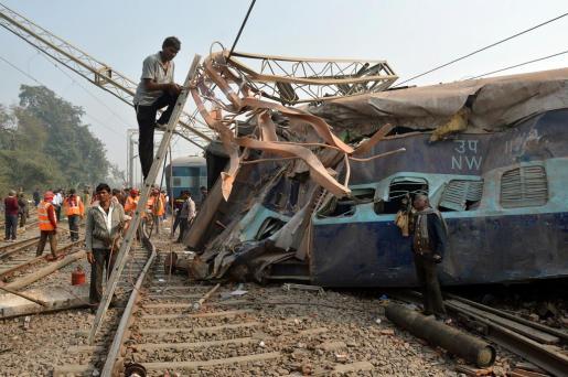 En la imagen, el tren que ha descarrilado en la India, totalmente destrozado.