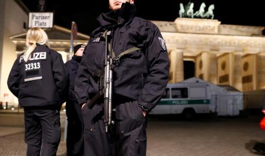Dispositivo policial situado en los alrededores de la puerta de Brandemburgo.