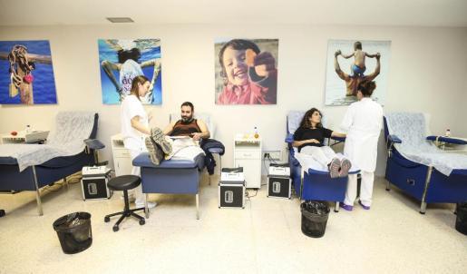 Dos voluntarios en una anterior campaña de donación de sangre.