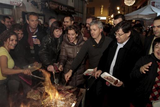 Aina Calvo, alcaldesa de la ciudad, junto a Francina Armengol en el fogueró de la Agrupació Socialista de Palma.