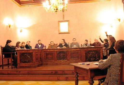 Barceló no levantó la mano con el resto de regidores de la formación nacionalista.