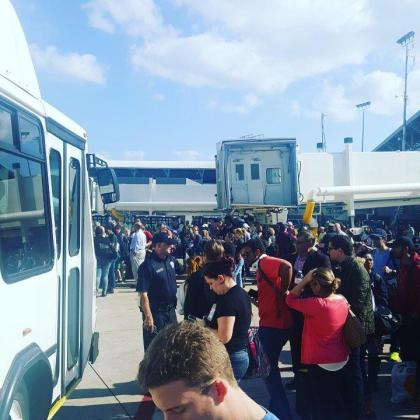 Una fotografía del momento en el que se evacua el aeropuerto de Tampa en Florida.