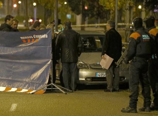 Una persona ha muerto y dos personas han resultado heridas esta noche en un tiroteo en la avenida Meridiana de Barcelona provocado por una persona que ha huido en un coche.