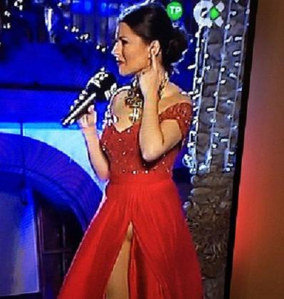 En la imagen, la presentadora canaria Eloísa González, en el momento en que el viento le juega una mala pasada.