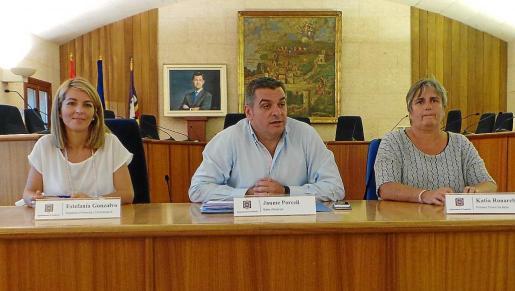 Porsell, centro, flanqueado por la edil de Economía, Estefanía Gonzalvo (i), y su socia de gobierno, Katia Rouarch.