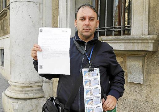 Ginés Parra, vendedor de la ONCE, sujeta una copia de la denuncia.