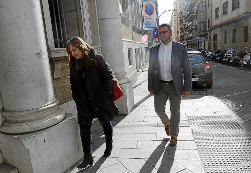 La agente de policía investigada, junto al excomisario Estarellas.