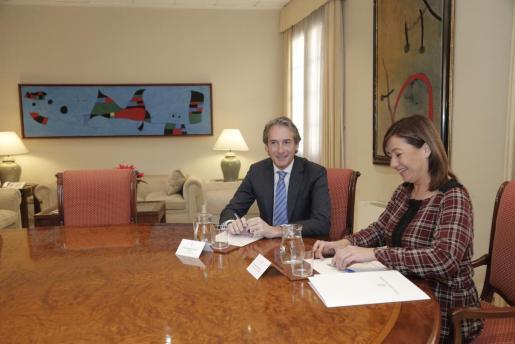 La presidenta del Govern, Francina Armengol, durante su reunión con el ministro de Fomento, Íñigo de la Serna.