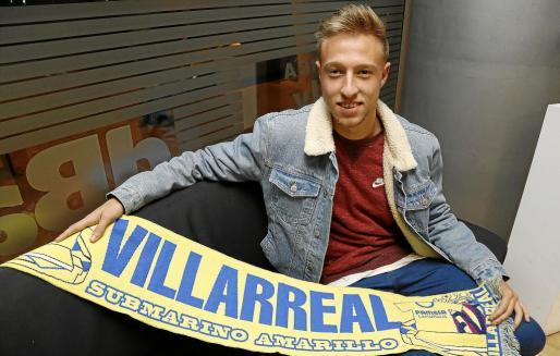 Imagen del joven jugador mallorquín Víctor Narro posando con la bufanda del Villarreal.