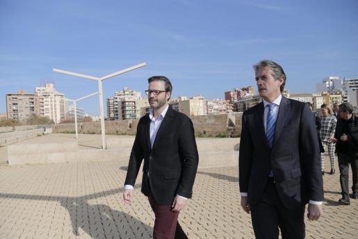 El alcalde de Palma, José Hila, ha acompañado la mañana de este martes al ministro de Fomento, Íñigo de la Serna, por un recorrido de las obras del Baluard del Príncep.