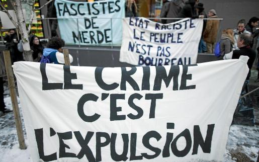 Pancartas contra la norma que expulsará de Suiza a los extranjeros que comentan delitos.