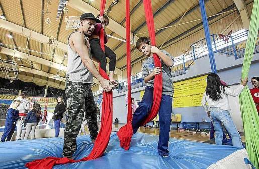 Unos 50 niños y algunos adultos se dieron cita ayer en el polideportivo de es Viver para realizar el taller navideño de circo en familia. Foto: DANIEL ESPINOSA